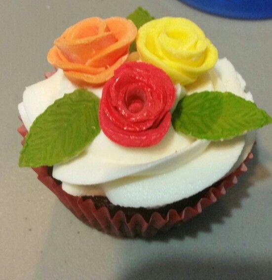 Cupcakes for my cousin's 15. Buttercream frosting and fondant roses. Made 200 of these babies!!  Oct-31-15 Cupcakes que hice para la quinceañera de mi prima. Las Rosas son de fondant. Hice 200 !