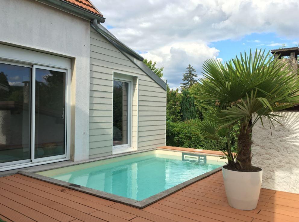 Une piscine piscinelle rectangulaire quip e de margelle for Piscine margelle grise