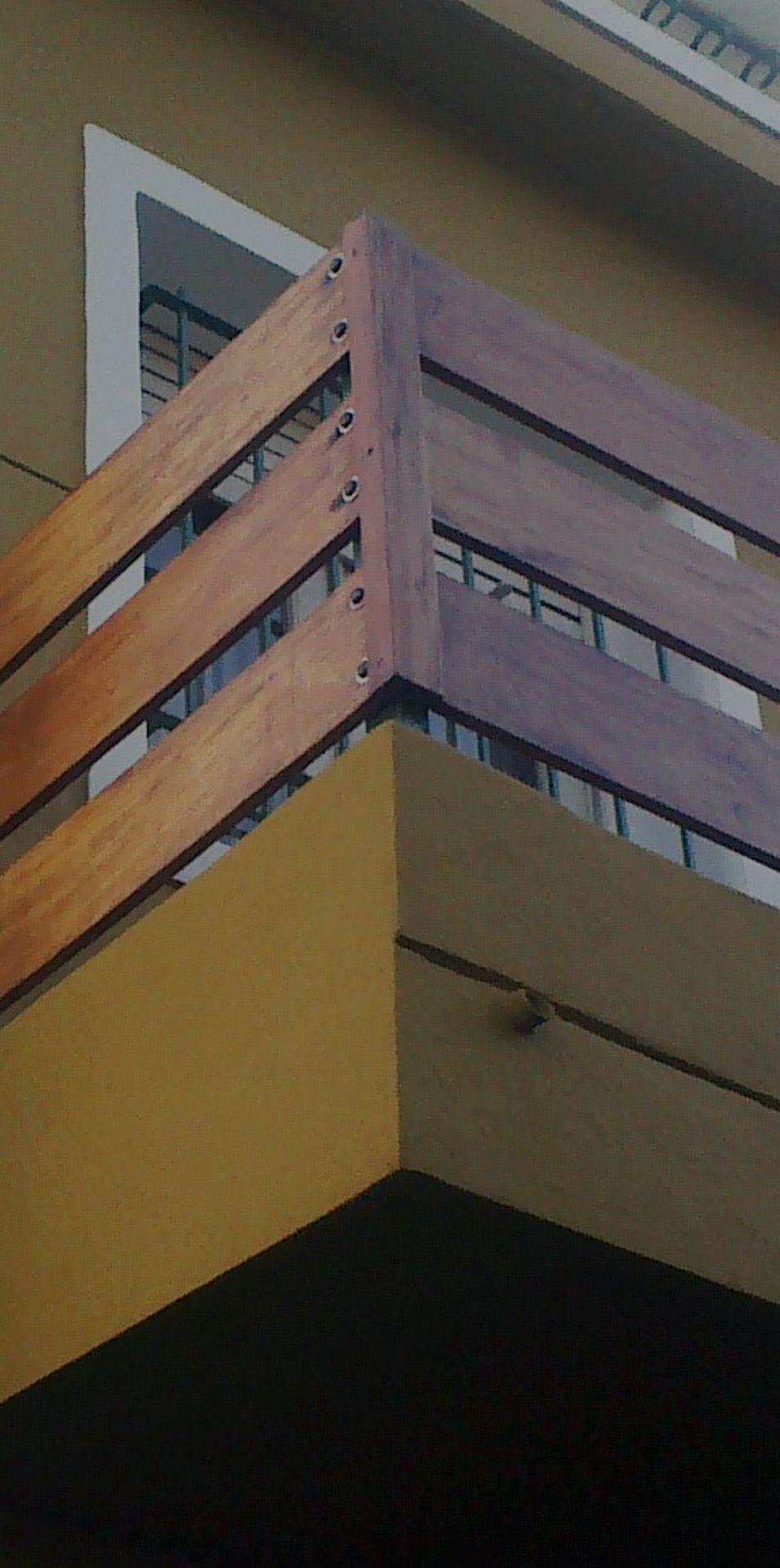 Baranda de madera en balc n vestidor ni as baran Maderas tratadas para exterior