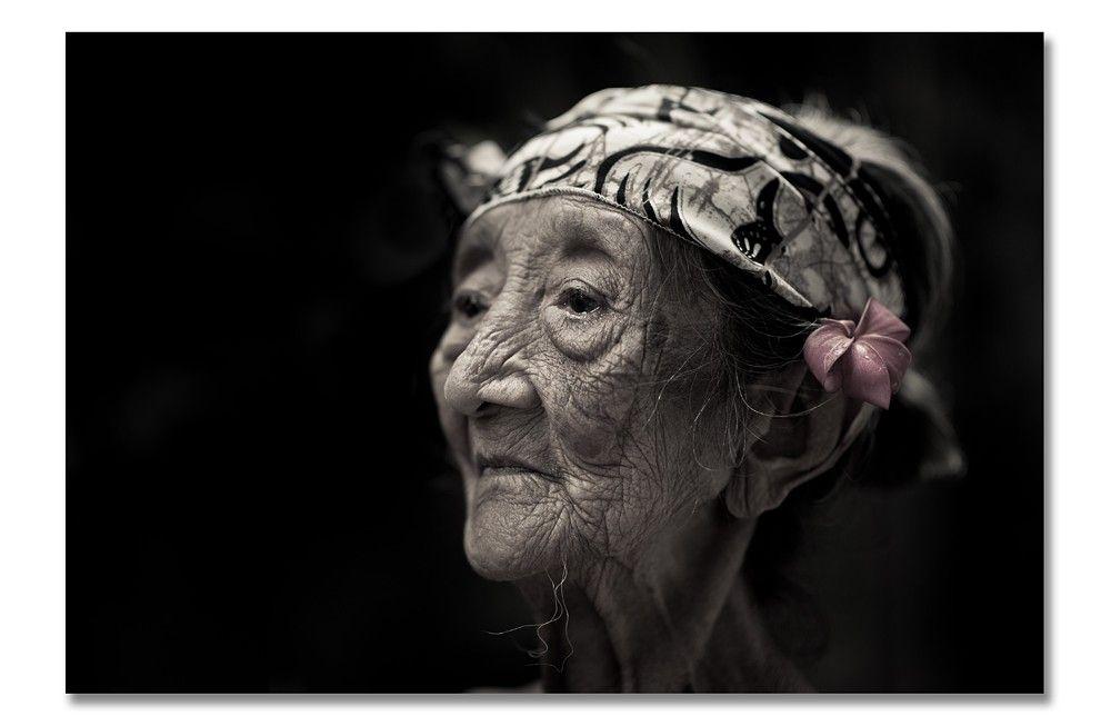 Deze prachtige oude dame ontmoette wij in Manggis in Bali, ze woonde achter onze hotel en ik hoorde van onze hotel staff dat zij de oudste dame is in hun regio. Door communitylid Oeditje - NG FotoCommunity © Upload zelf je mooiste foto's op www.nationalgeographic.nl/gebruiker/fotografie/foto/toevoegen
