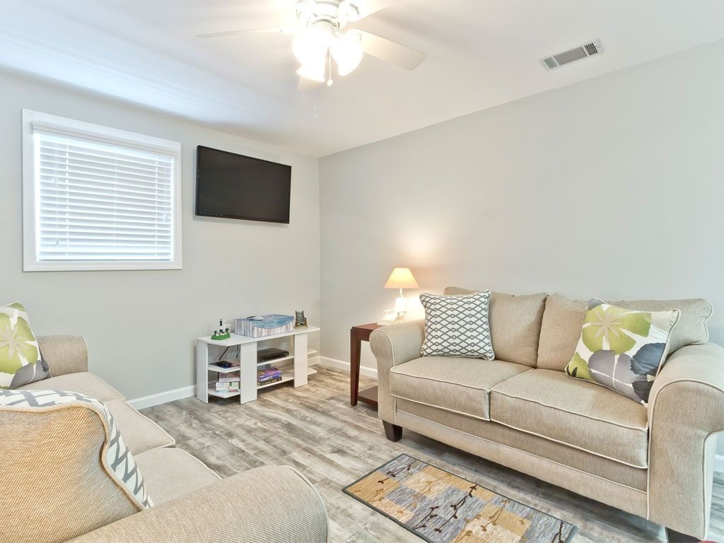 Tybee Island house rental - Dune Our Thing - Living room with Flat ...