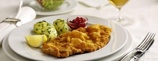 Wiener Schnitzel - Those looking for home-style Austrian cooking are in  good hands in Salzburg's inns. #salzburg … | Hauptspeise, Wiener schnitzel,  Österreich essen