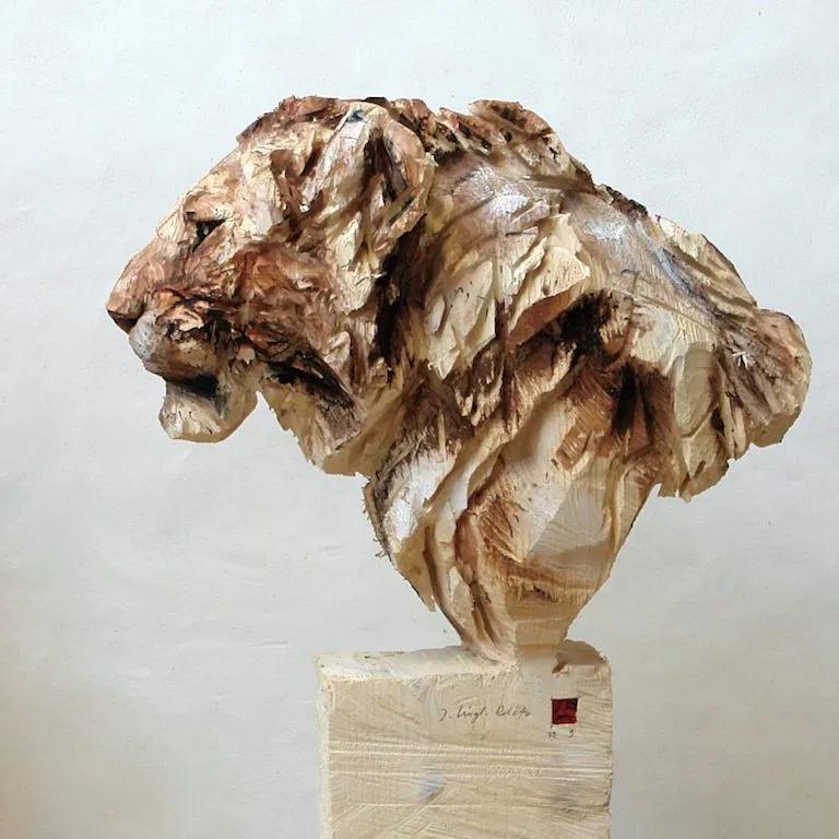 チェーンソーで木から動物を作り出すドイツ人木工彫刻家の作品の造形美 ...