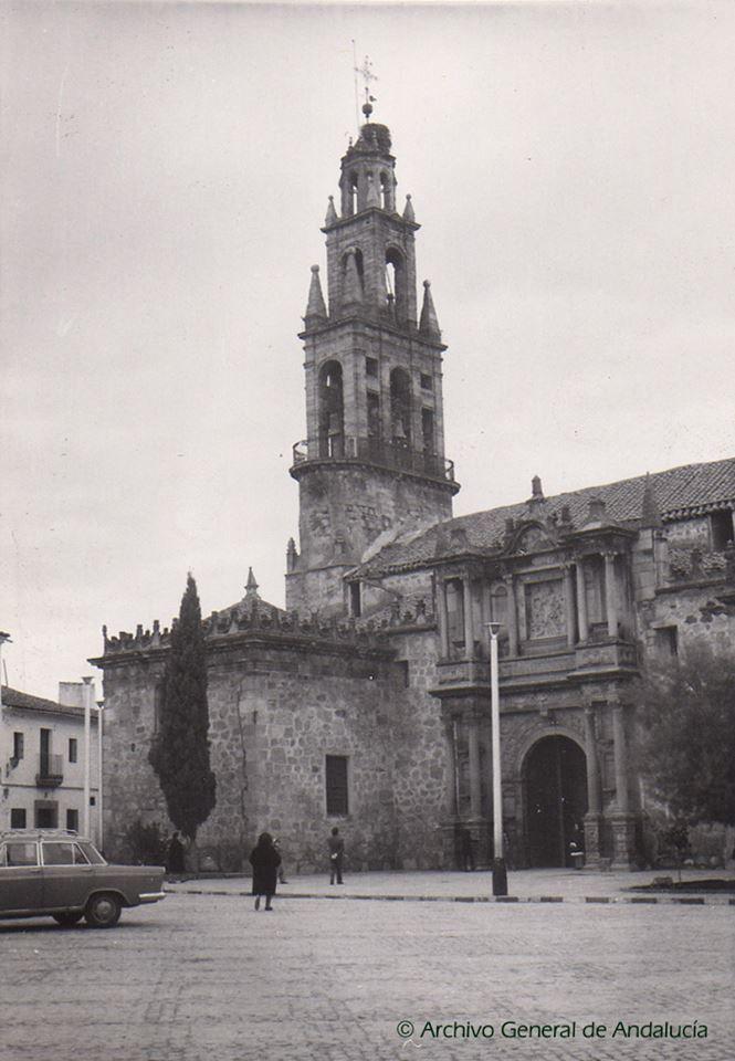 Plaza y parroquia de Hinojosa del Duque (Córdoba). Años 60.  AGA, Fondo Hernández Díaz, fot. 9221.