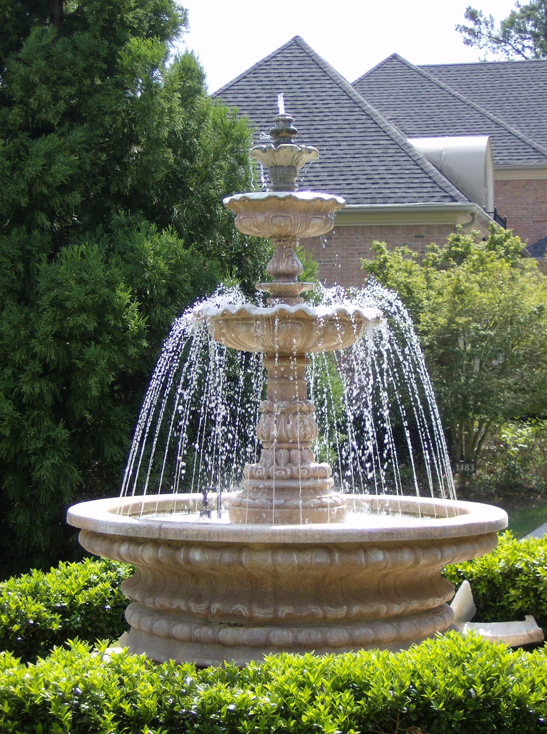 Exceptionnel Iu0027d Just Like To See A Fountain Surrounded By A Rose Garden In The