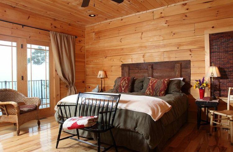 gemütliches Schlafzimmer viel Wärme viel Holz an den Wänden Decke - schlafzimmer warme farben