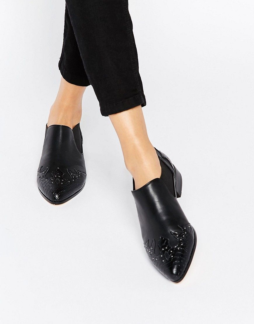 If you're still looking for a go-to flat to wear all fall, the MAISEY Pointed Flats are the ones!