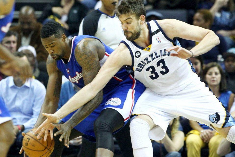 Marc Gasol (Memphis grizzlies), defiende a DeAndre Jordan, de Los Ángeles Clippers