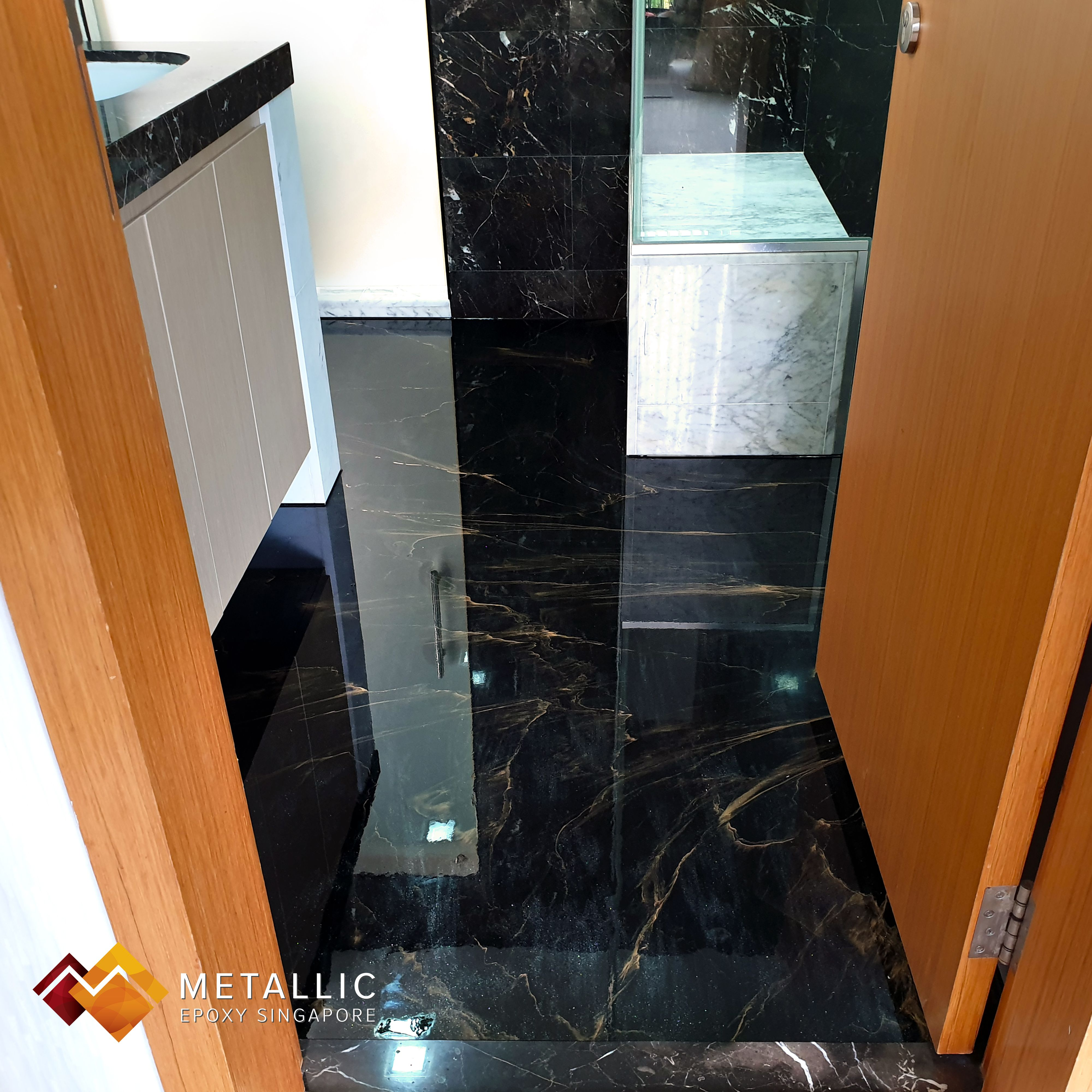 Gold Veins With Subtle Smokey Streaks On A Pure Black Base A Mirror Finishing To Accentuate The Luxurious Design As Well As A S Epoxy Floor Floor Design Epoxy
