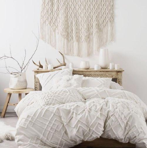 In das weiße Bett könnte ich jetzt reinfallen