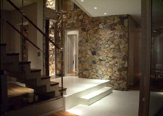 Fachada de casa revestida en piedra y madera Muros de piedra