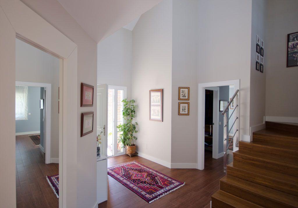 Suelo tarima rodapies blancos paredes colores neutros techo de madera interiores casas - Suelos madera interior ...