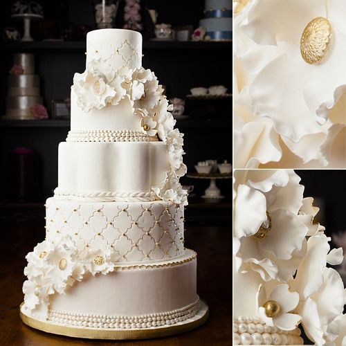 Gold and white wedding cake and pink flowers around — Stock Photo ...
