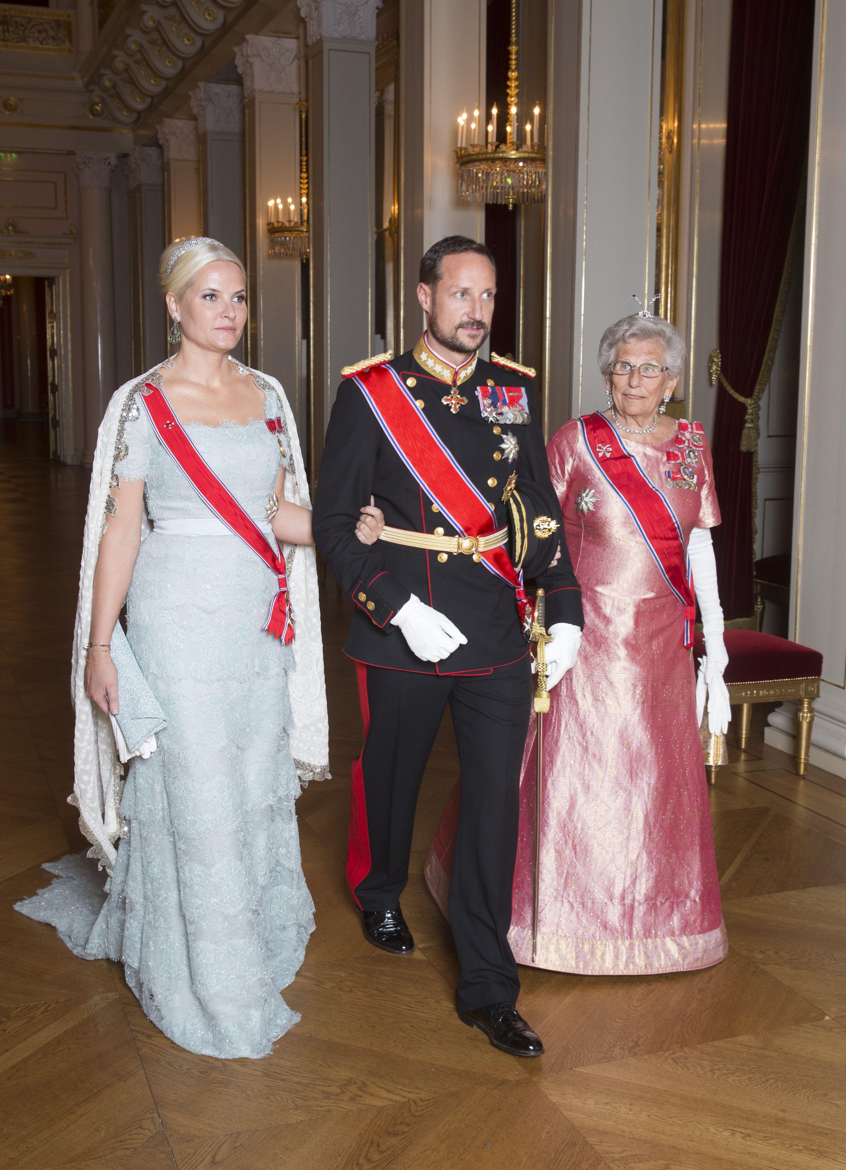 2014 - Kronprinsesse Mette-Marit bærer den mintgrønne Pucci-kreasjonen i glitrende blonde fra prinsesse Madeleines bryllup – og sitt brudediadem i ny, oppsatt frisyre. Prinsesse Astrid bærer en kjole i orientalsk silke og diamantsmykker etter dronning Maud (aigrette på hodet).