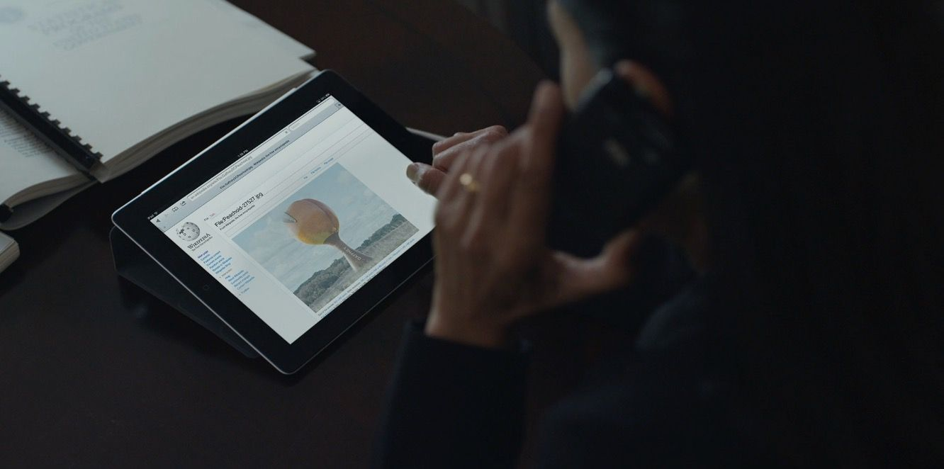 Apple Ipad Wikipedia Website And Blackberry Mobile Phone Used By Sakina Jaffrey In House Of Cards Chapter 3 2013 House Of Cards Drama Tv Series Apple Brand