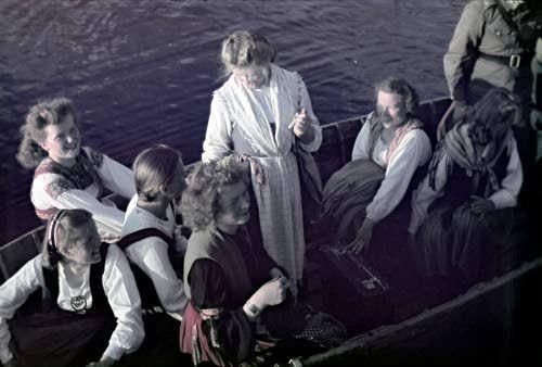 Sortavalan seminaarin viihdytyskiertue. Esiintyjät veneessä. Syväri, Voimalaitoksen lohko toukokuussa 1943. SA-kuva