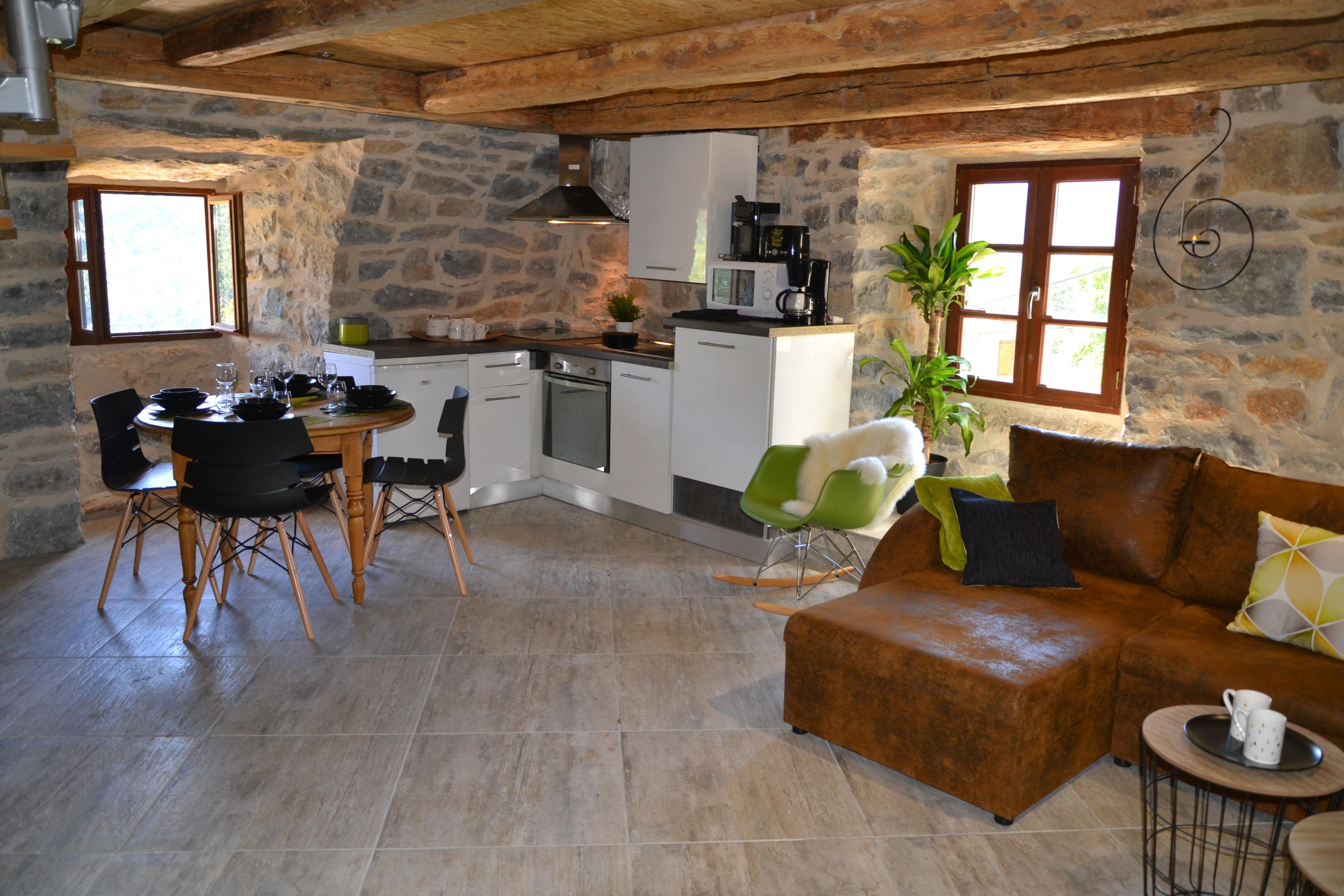 Gite Insolite Original Et Design En Duplex Avec Cuisine Equipee Et Salon Cosy Gite Insolite Gite Hebergement Insolite