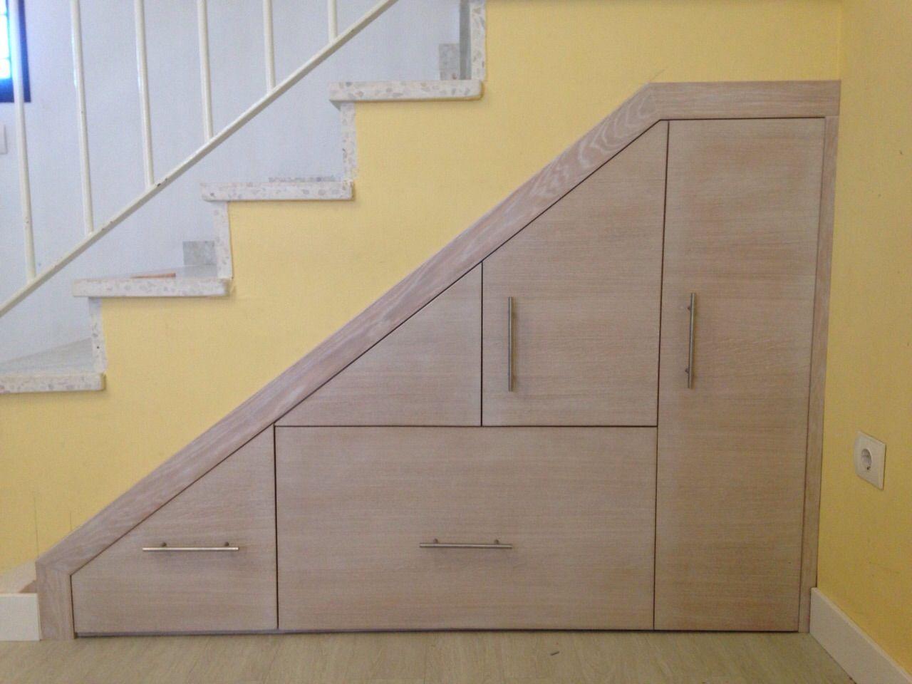 Mueble bajo de escalera frente en roble con tinte for Armario debajo escalera