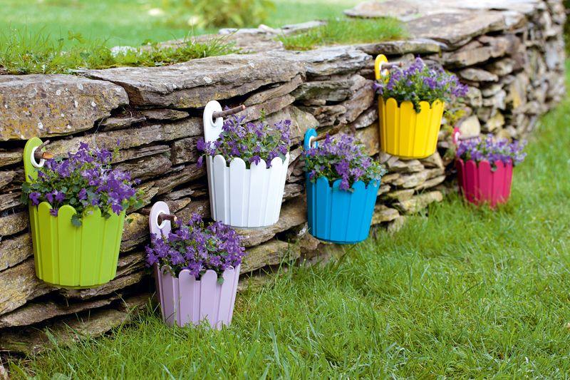 Semez des couleurs dans votre jardin avec ces pots, ici avec des campanules.