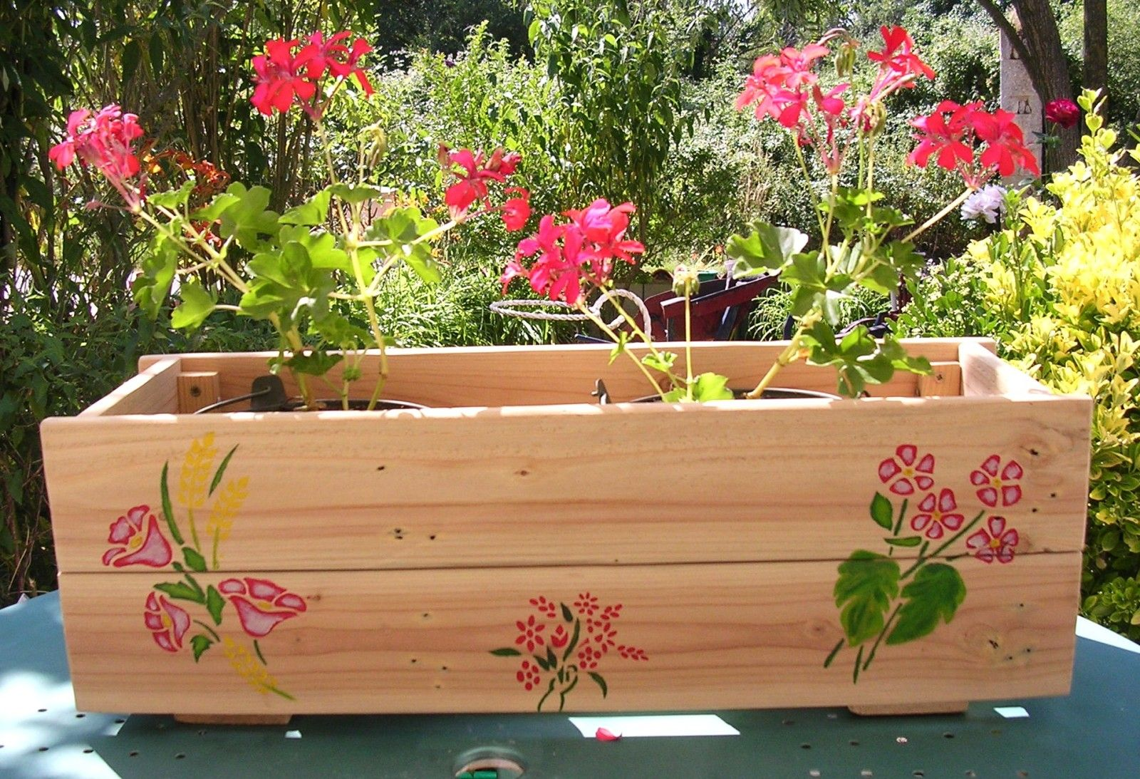 fabriquer une jardini re partir d 39 une palette en bois palettes en bois jardini res et. Black Bedroom Furniture Sets. Home Design Ideas