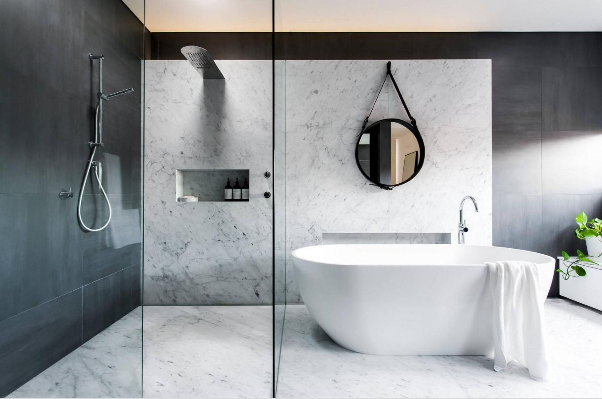 Blanc Carrare Marbre noir et blanc pour une salle de bain chic et ...