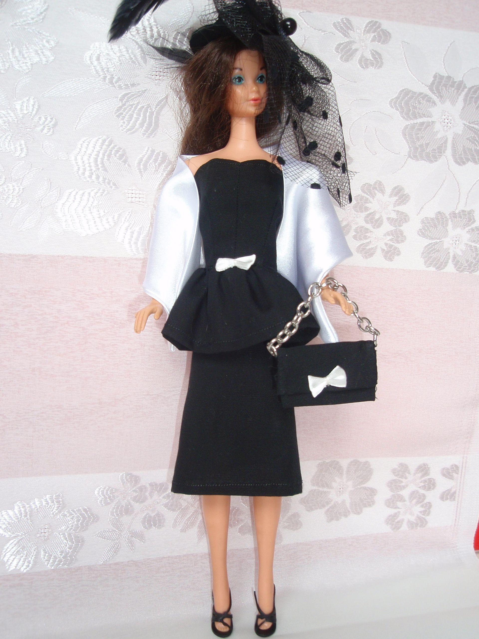 Barbie originale anni '60 con abito e accessori fatti a mano.