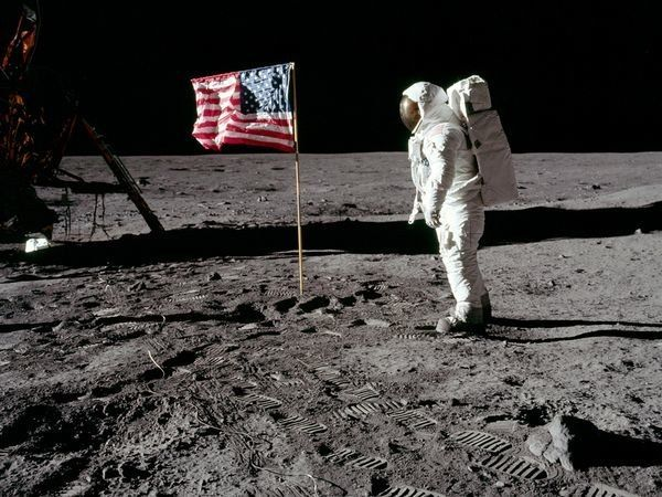 10 Reasons The Moon Landings Could Be A Hoax Listverse Man On The Moon Moon Landing Apollo 11