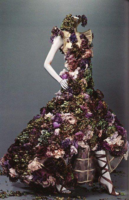 Alexander McQueen incorpora las flores en este espectacular vestido.
