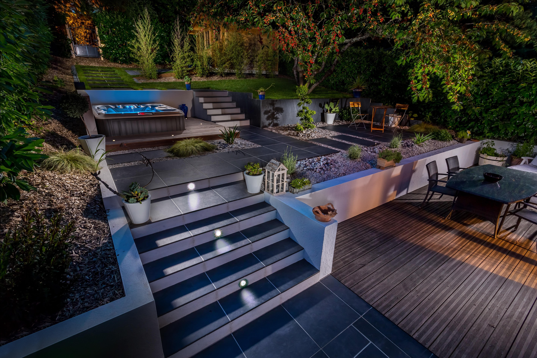 jardin aménagé, chic et minimaliste. terrasse en bois sur plusieurs ...