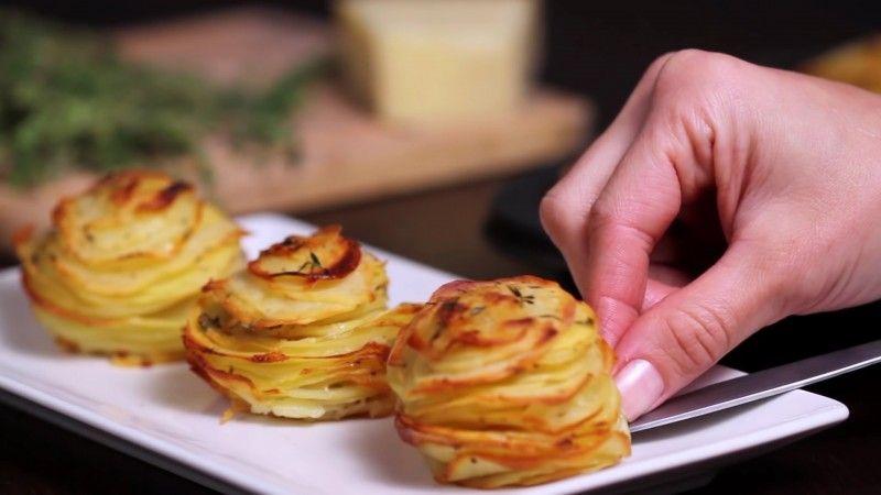 Este chef amontona patatas en una bandeja para muffins. Cuando salen del horno, sus invitados quedan estupefactos