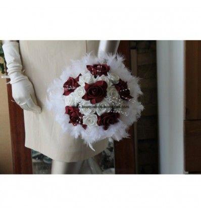 Bouquet de mariee rond thème bordeaux avec des perles et plumes