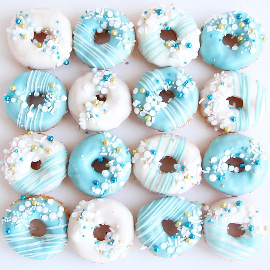 Pretty little mini donuts! 💙💙💙 #sweetphilosophy . . . . . #minidonuts #sprinkles #blueandwhite #blueandgold #donuts #weddinginspiration…