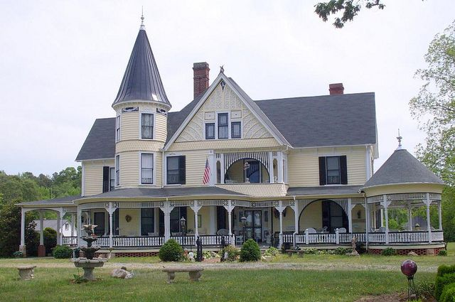 On The Hill Boydton Virginia Queen Anne Built In 1887 The Original Cabin Dating From The 1790s Far Victorian Homes Victorian Style Homes Modern Victorian
