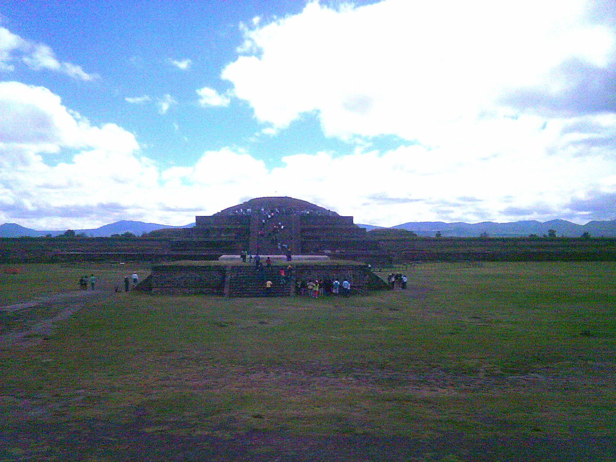 Panorámica desde abajo de la Pirámide de Quetzalcoatl