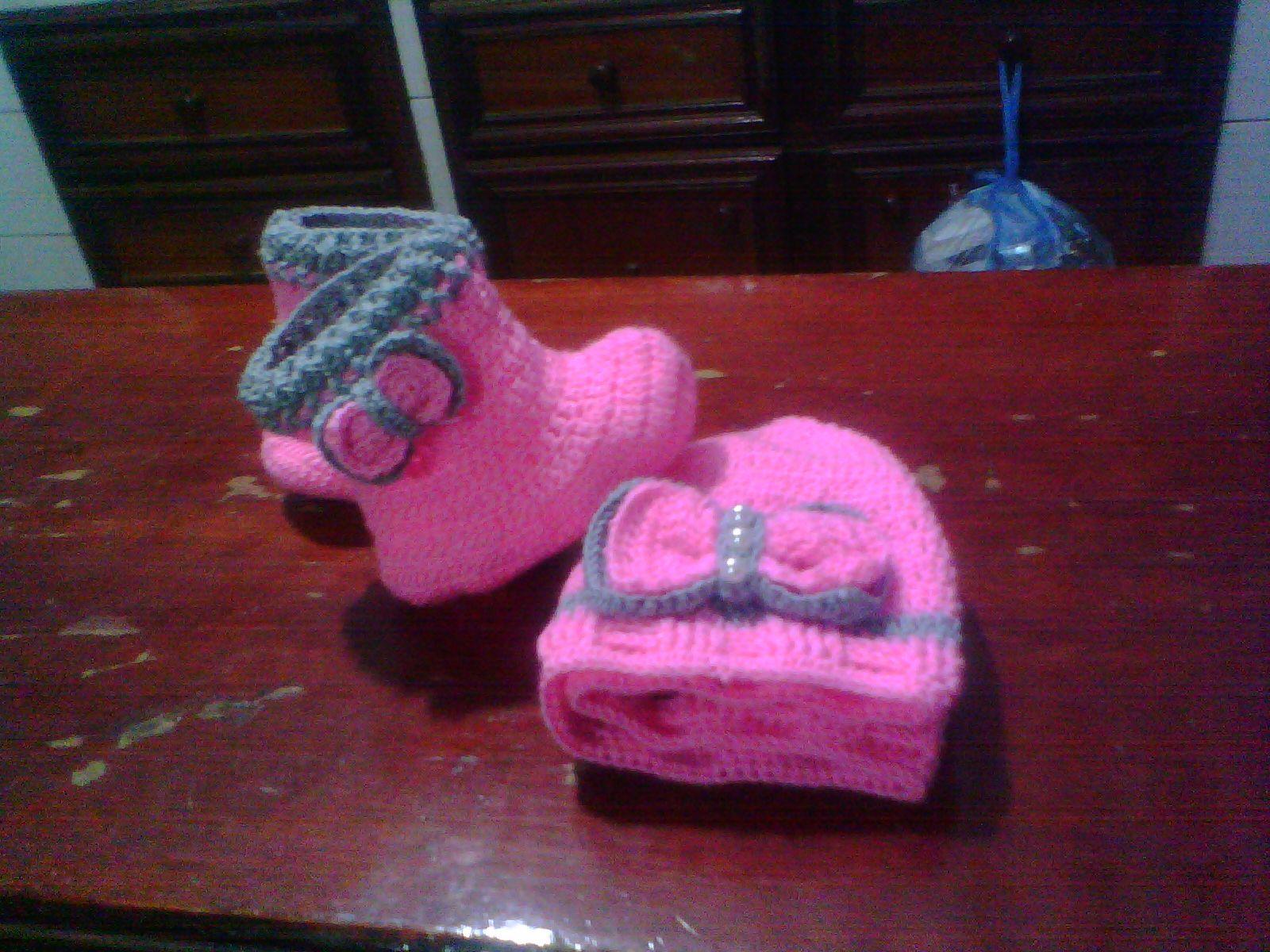 tejiendo botas de bebes