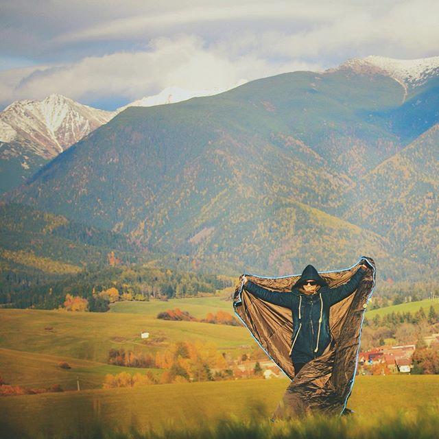 Nie je obycajna deka. Nepremoka, zohreje, ochrani pred vetrom. Pouzit ju mozes ako #ponchos #spacak #prikryvka #deka #ourdoor  W H I T E D O G t r a v e l W R A P www.whitedog.sk  #domov #rucnapraca #handmade #madeinslovakia #liptov #zapadnetatry #tatry #slovensko #slovakia #pureslovakia #thisisslovakia #cestujeme #dnescestujem #travel #ig_slovakia #nature #priroda #freedom #sloboda #igeurope #landscapelovers #naturelovers