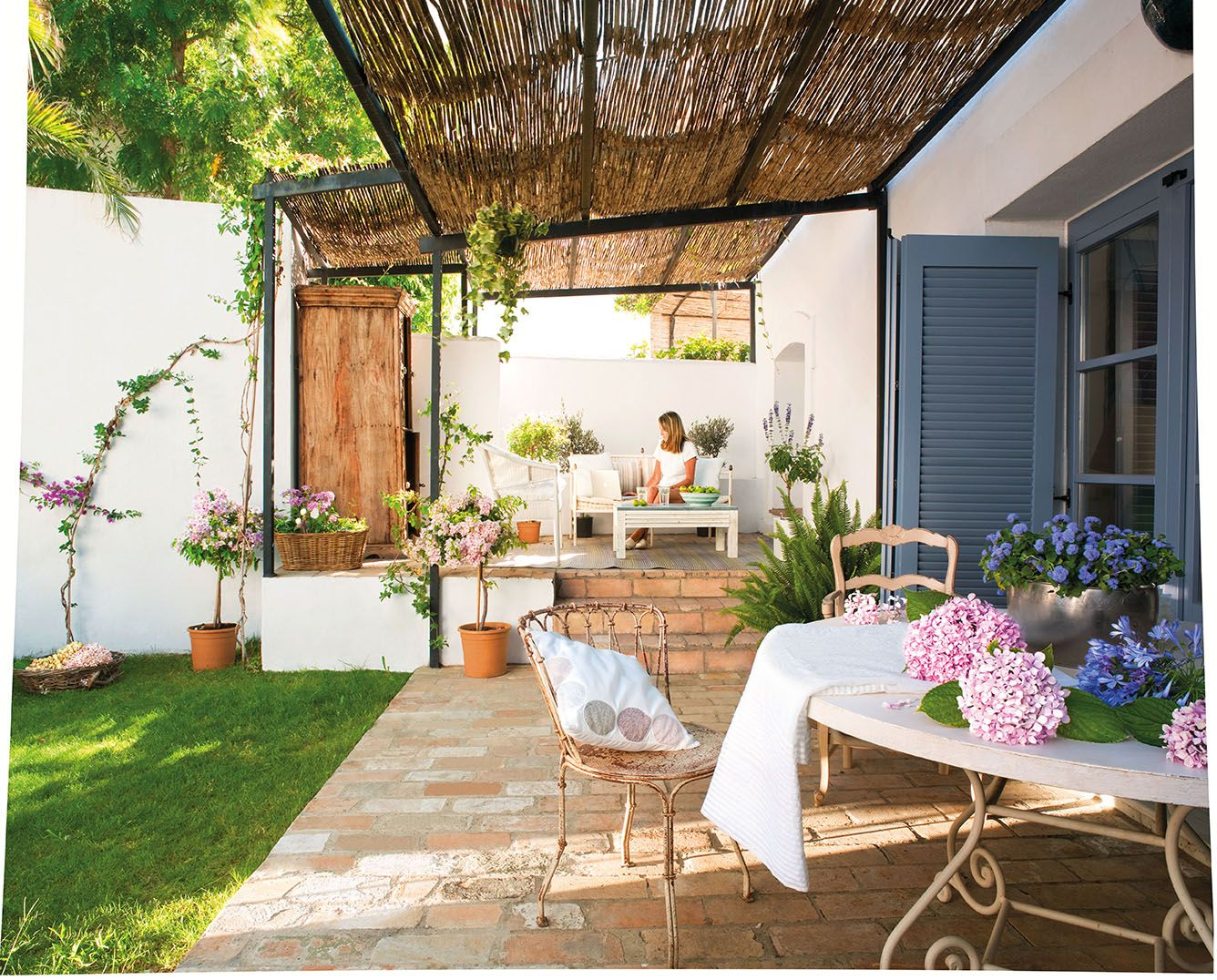Salón con paredes lisas blancas y de piedra con chimenea_00317247 ...