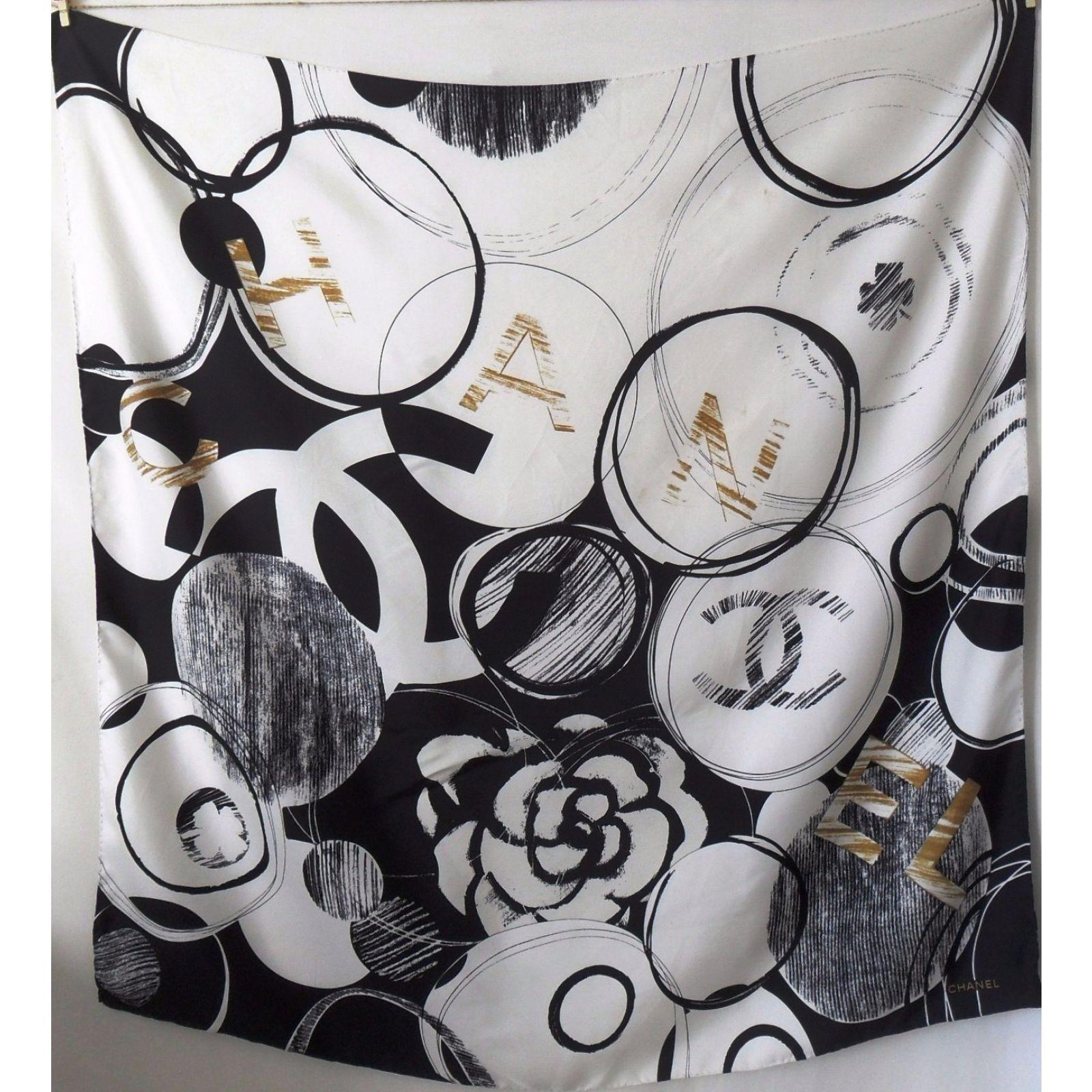 Carré en soie Chanel. - roulotté main - étiquette de composition présente -  fils tirés et salissures fbdbd924e00