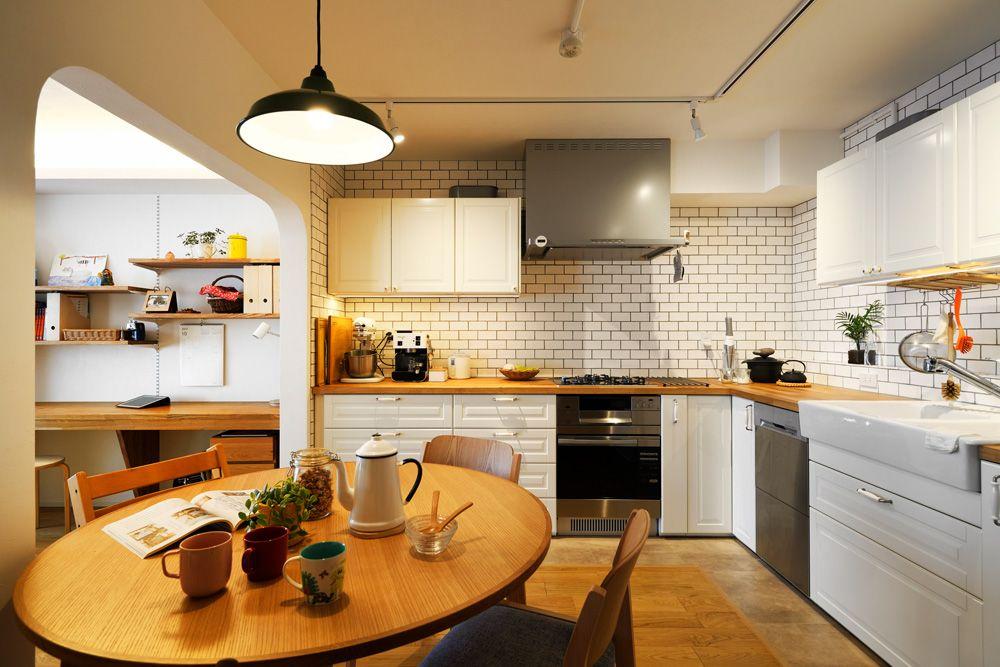 もともとキッチンは 右側の壁に向かって立つi型だったが 調理し