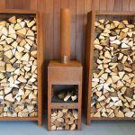 Buitenhaard en houtopslag van CortenStaal van ADEZZ in de showroom van NederveenTuinen te bezichtigen