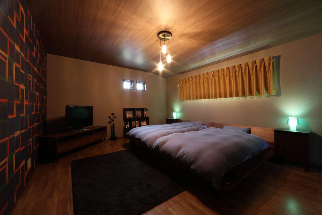 ホテルのラグジュアリーフロアのように高級感漂う寝室 大胆なクロスや