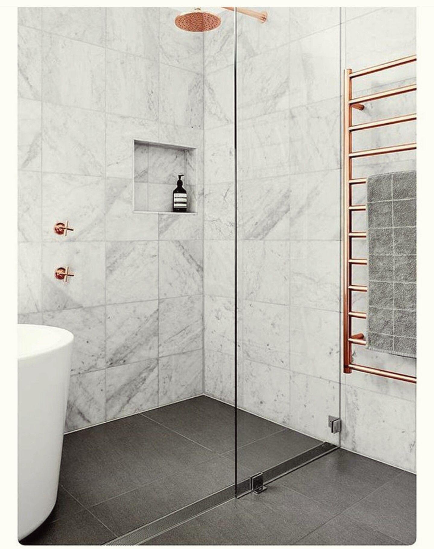 Un joli mélange de marbre et de cuivre. | House Inspiration ...