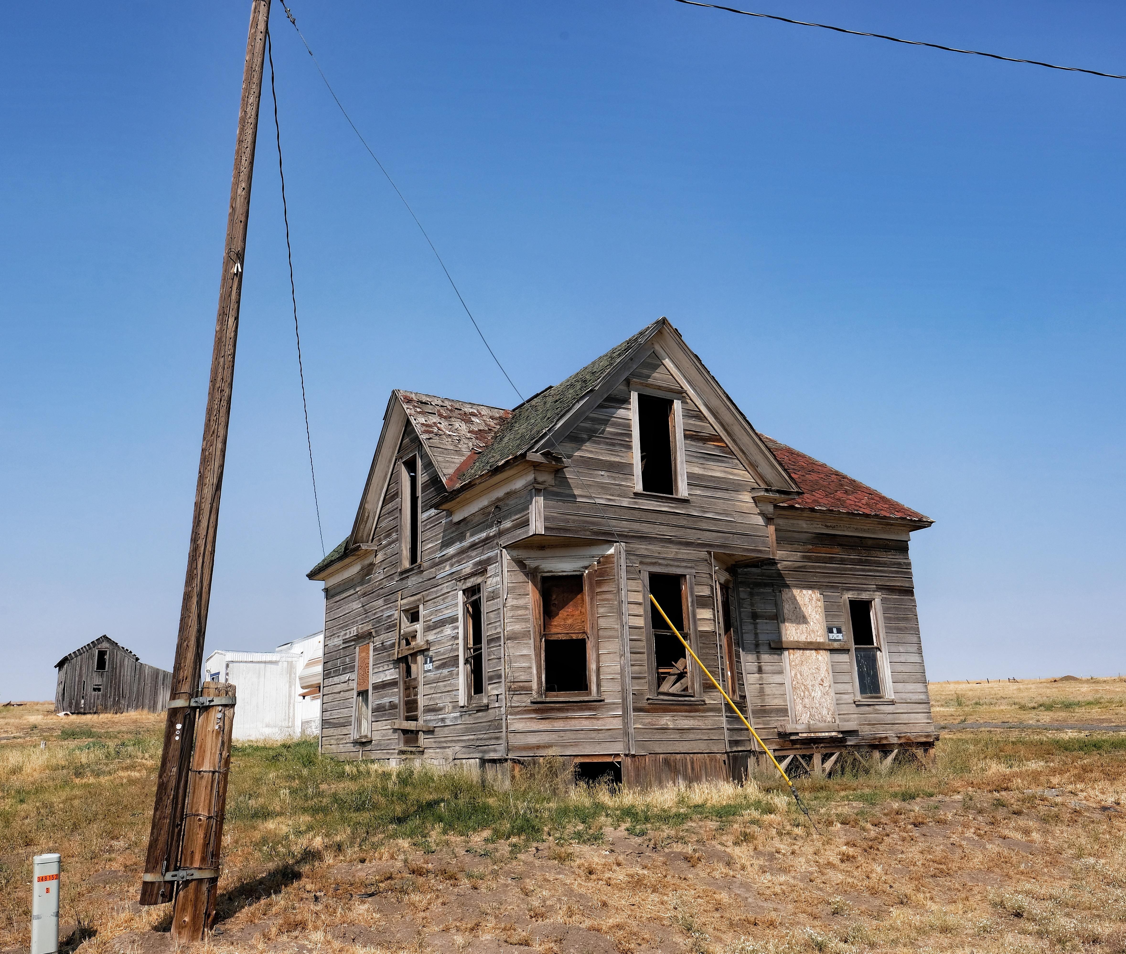 Abandoned House Sits In Eastern Oregon [40006000][oc