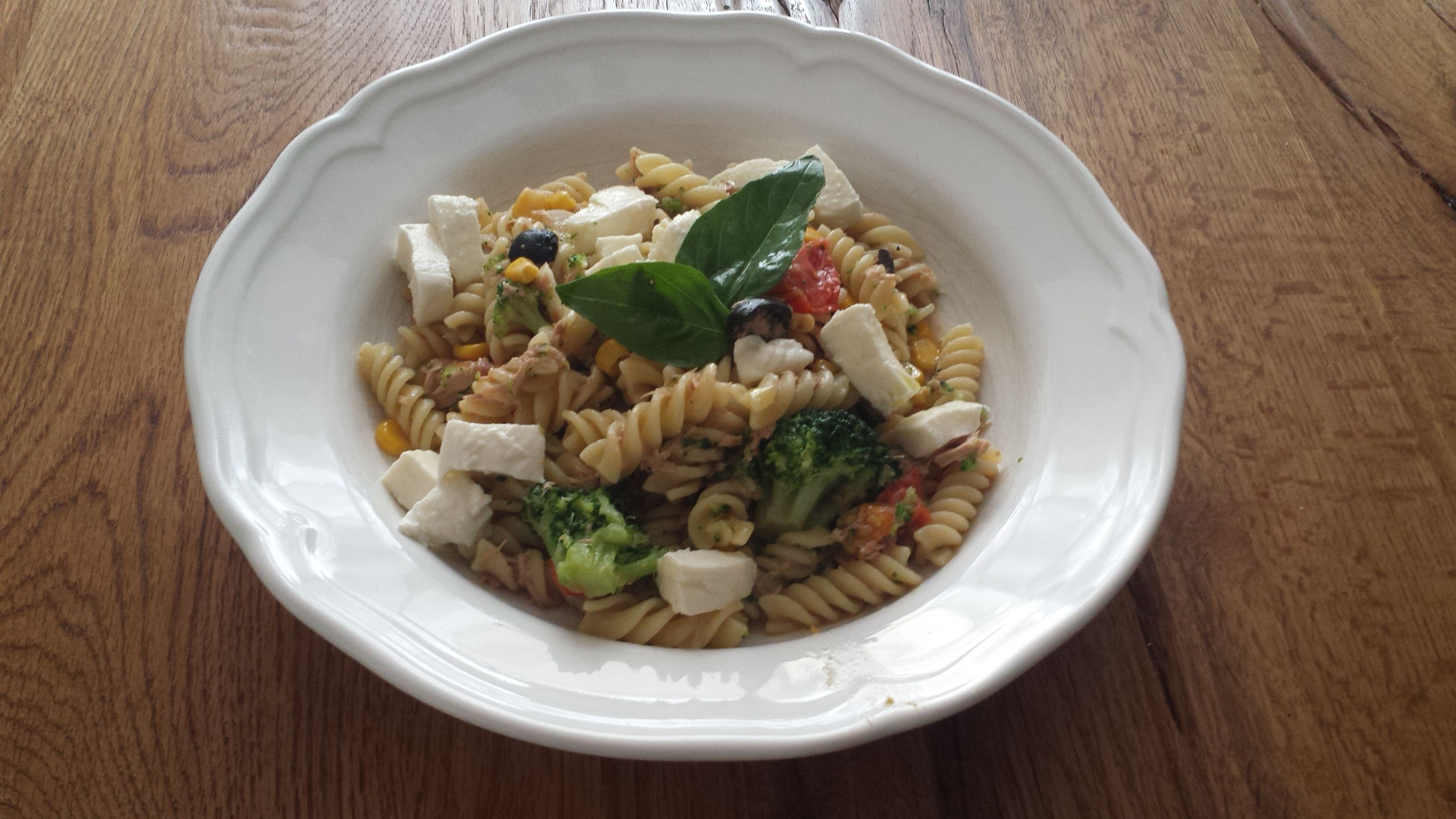 Těstoviny s tuňákem: uvařím těstoviny a brokolici na skus. Do pánve na livový olej dám olivy na plátky a opeču. Postupně přidám plátky česneku, tuňáka z konzervy a kukuřici. Podleju vodou , ve které se vařily těstoviny a přidám přepůlené šery rajčátka. Nakonec vmíchám brokolici a těstoviny. Osolím a opepřím drceným pepřem. Na talíři zaliji olivovým olejem a přidám mozarellu na kostičky a bazalku.