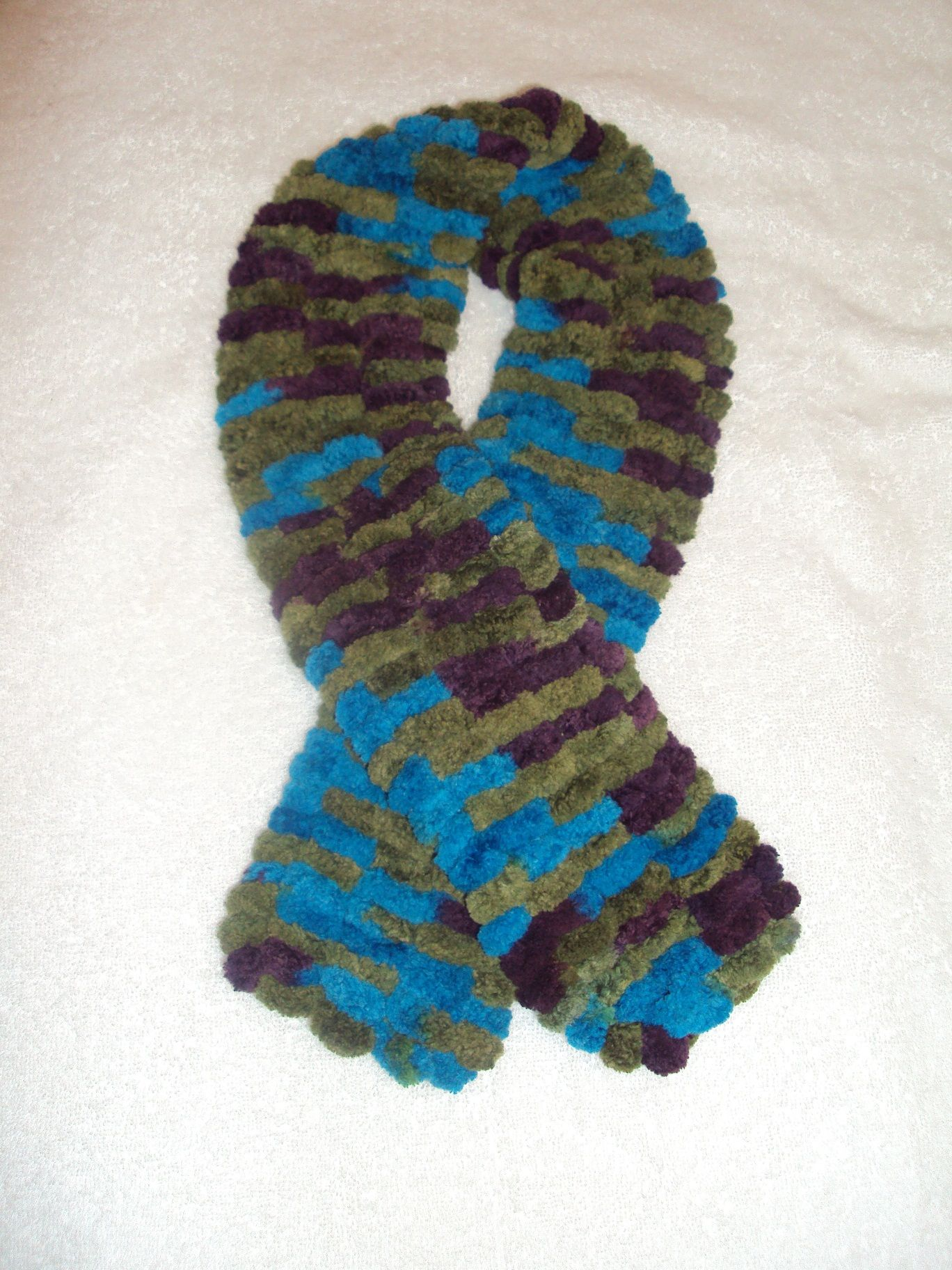 Bufanda tejida con agujas e hilo de pompones | Knit and crochet ...