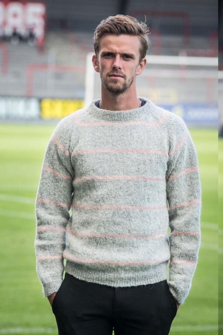 555f9322ae9 Strikkeopskrift på flot og moderne herresweater med striber i den fineste  lyserøde farve. Designet er