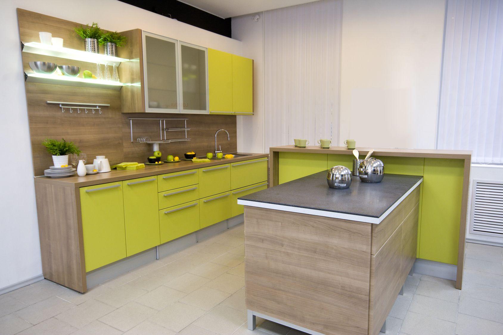 Singleküche luxus  Gelbe Einbauküche mit Fronten in Holzoptik | Holzküchen | Pinterest ...