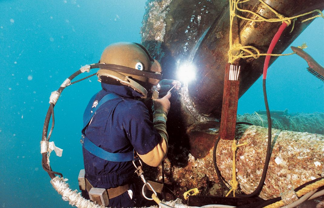 Underwater Welding Ive Never Actually Seen This Before This Is So Cool Underwater Welding Diving Welding And Fabrication