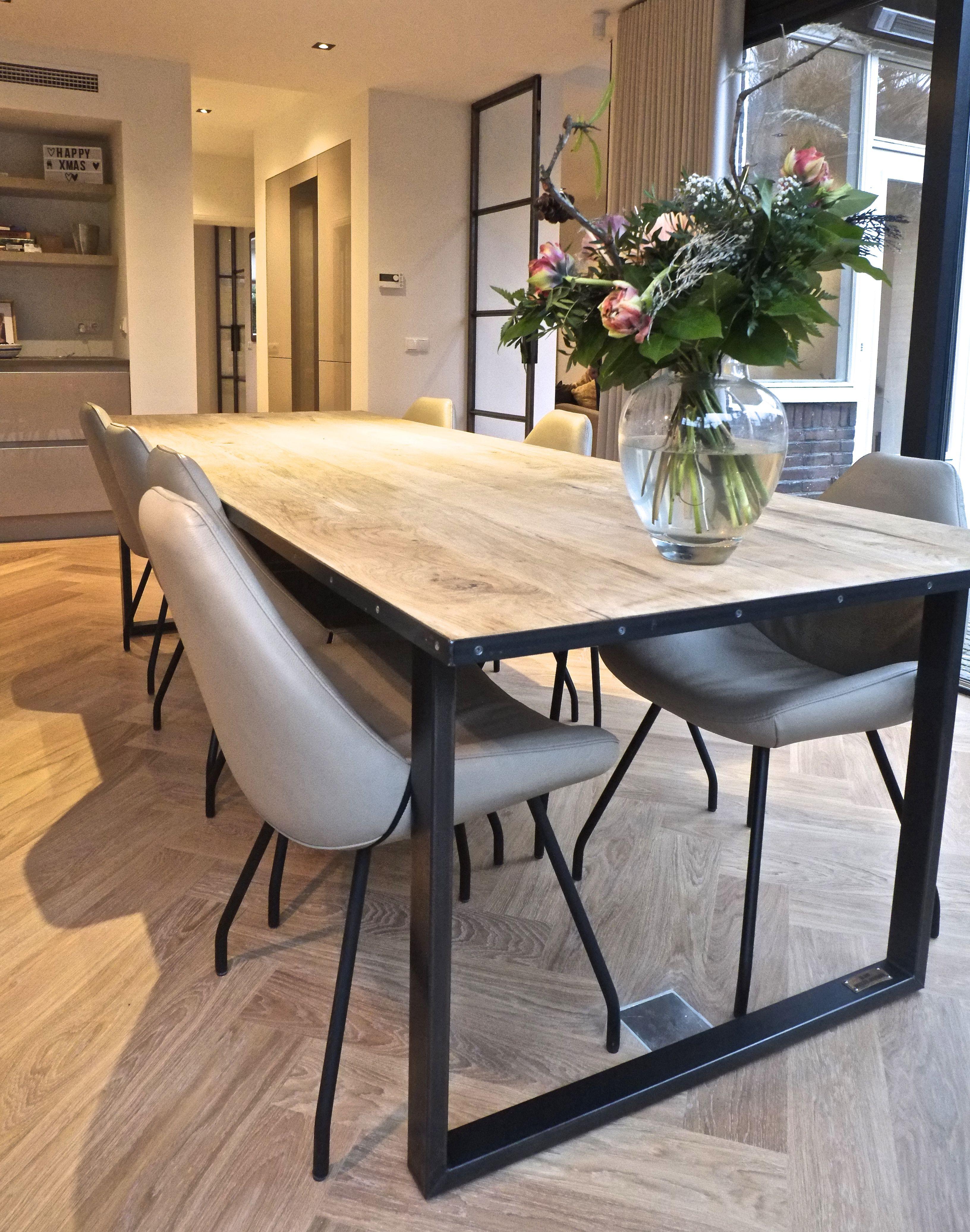 Eetkamer tafel met een stalen onderstel, een blad van eik afgewerkt ...