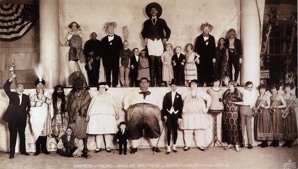 Reunión de freaks en el circo Ringling Brothers and Barnum & Bailey, en 1924.